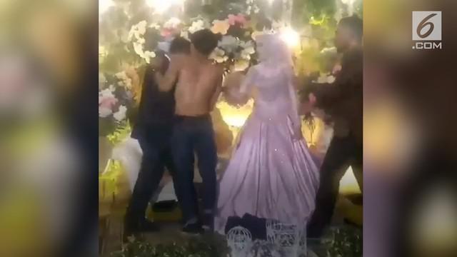 Hadiri pernikahan sang mantan, Pria ini telanjang dada di atas pelaminan.
