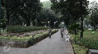 Suasana di sekitar Taman Suropati, Jakarta, Selasa (14/6). Kini, Taman Suropati disterilkan dari PKL dan bersih dari parkir liar yang biasa terlihat di bahu jalan tepian taman. (Liputan6.com/Faizal Fanani)