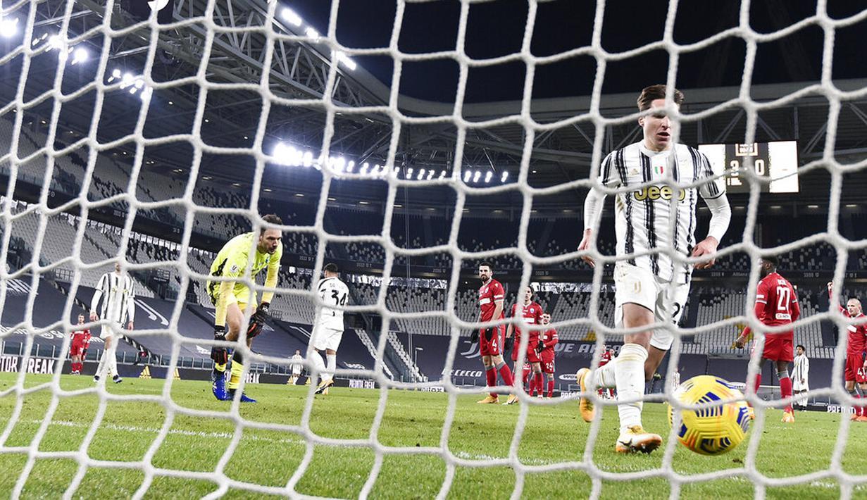 Pemain Juventus Federico Chiesa (kanan) mencetak gol ke gawang SPAL pada pertandingan perempat final Coppa Italia di Allianz Stadium, Turin, Italia, Rabu (27/1/2021). Juventus meraih tiket semifinal Coppa Italia usai membantai SPAL 4-0. (Fabio Ferrari/LaPresse via AP)