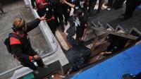 Seorang pria tewas setelah jatuh dari tribun di GBK. (Liputan6.com/Herman Zakaria)