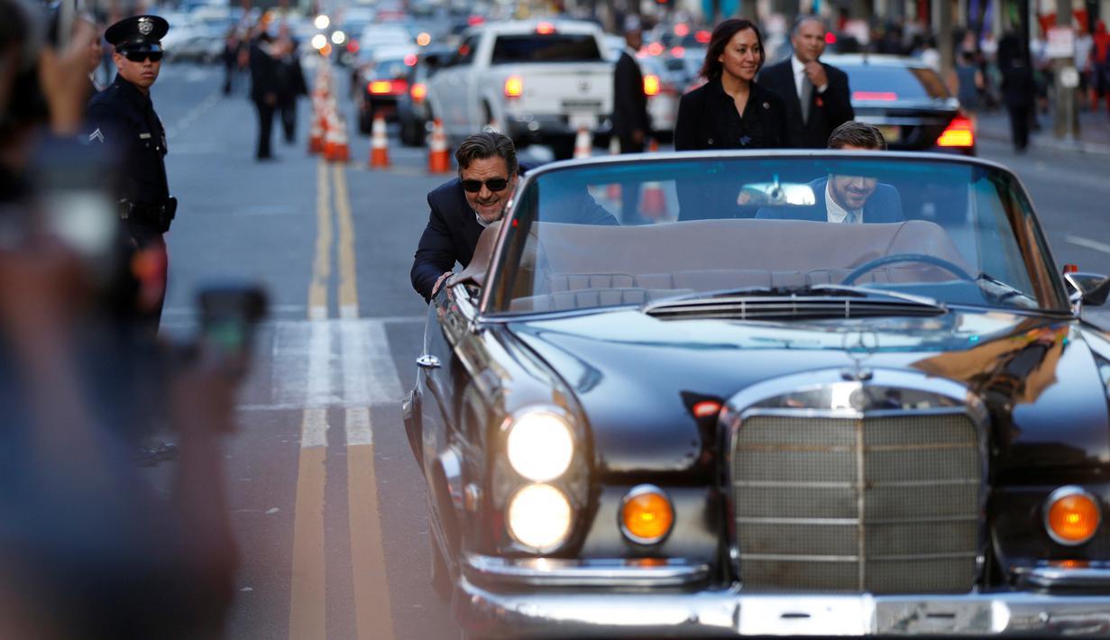 """Aktor Hollywood Russell Crowe (kiri) dan Ryan Gosling saat berpura - pura mendorong mobil mereka saat akan premiere film """" The Nice Guys """" di Hollywood , AS , 10 Mei 2016. Film yang bergenre komedi ini akan diputar perdana di AS. (REUTERS / Mario Anzuoni)"""