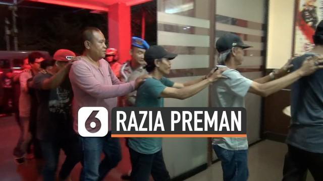 Puluhan juru parkir, debt kolektor, dan Pak Ogah diamankan di Mapolrestro Jaksel dalam operasi pemberantasan preman yang dilakukan Polres Metro Jakarta Selatan. Mereka ditangkap di berbagai kawasan di Jaksel.