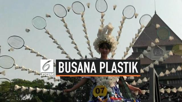 Lebih dari 8.000 mahasiswa Universitas Indonesia mendeklarasikan gerakan bersihkan sampah sampah plastik di Lapangan Rotunda, Universitas Indonesia, Depok, Jawa Barat.