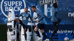 "Penyerang FC Porto, Jesus Corona ""Tecatito"" (kiri) mengikuti sesi latihan di tempat latihan klub di Olival, Vila Nova de Gaia, Senin (30/11/2020). FC Porto akan menjamu Manchester City dalam matchday 5 Grup C Liga Champions pada Rabu 2 Desember 2020 dinihari WIB. (MIGUEL RIOPA/AFP)"