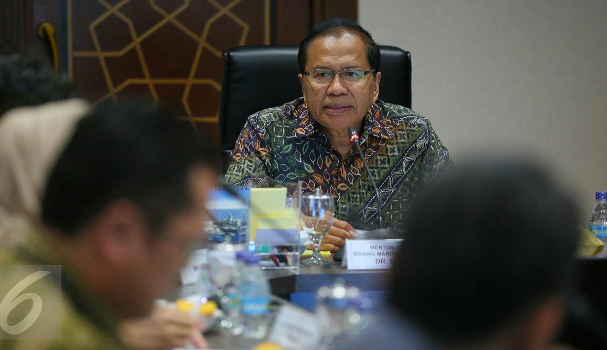 Menteri Koordinator Bidang Maritim Rizal Ramli memberikan paparan saat rapat koordinasi di Gedung BPPT, Jakarta, Kamis (21/1/2016). Rapat koordinasi tersebut membahas pangan dan kemiskinan. (Liputan6.com/Faizal Fanani)