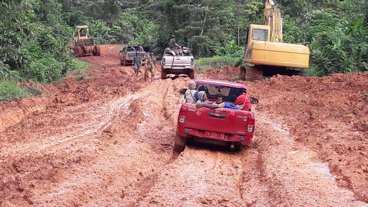 Jalan berlumpur di Kampung Aroa, Boven Digul Papua (Liputan6.com / Katharina Janur)