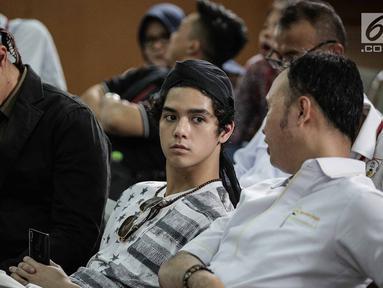 Putra sulung musisi Ahmad Dhani, Al Ghazali saat mendampingi ayahnya menjalani sidang lanjutan kasus ujaran kebencian (Hate Speech) di media sosial Twitter di Pengadilan Negeri Jakarta Selatan, Senin (30/4). (Liputan6.com/Faizal Fanani)
