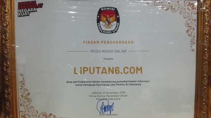 Piagam penghargaan dari KPU untuk Liputan6.com. (Raden Trimutia Hatta)