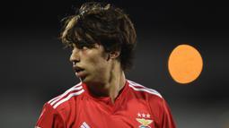 Joao Felix yang masih berusia 19 tahun ini kerap disebut sebagai suksesor dari Cristiano Ronaldo di Timnas Portugal. (Photo by MIGUEL RIOPA / AFP)