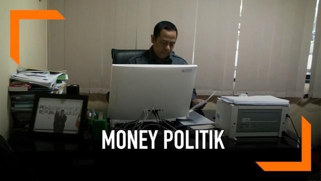 Bawaslu DKI bekerjasama dengan aparat keamanan masih menyelidiki dugaan pelanggaran money politik salah satu calon. Petugas Bawaslu dan polisi menangkap seseorang di posko Gerindra dan menyita sejumlah amplop berisi uang.