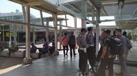 Penyekatan massa yang akan demo di Stasiun Bogor. (Liputan6.com/Achmad Sudarno)