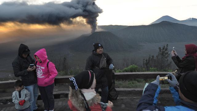 Menikmati Keindahan Gunung Bromo Saat Erupsi Dari Lokasi