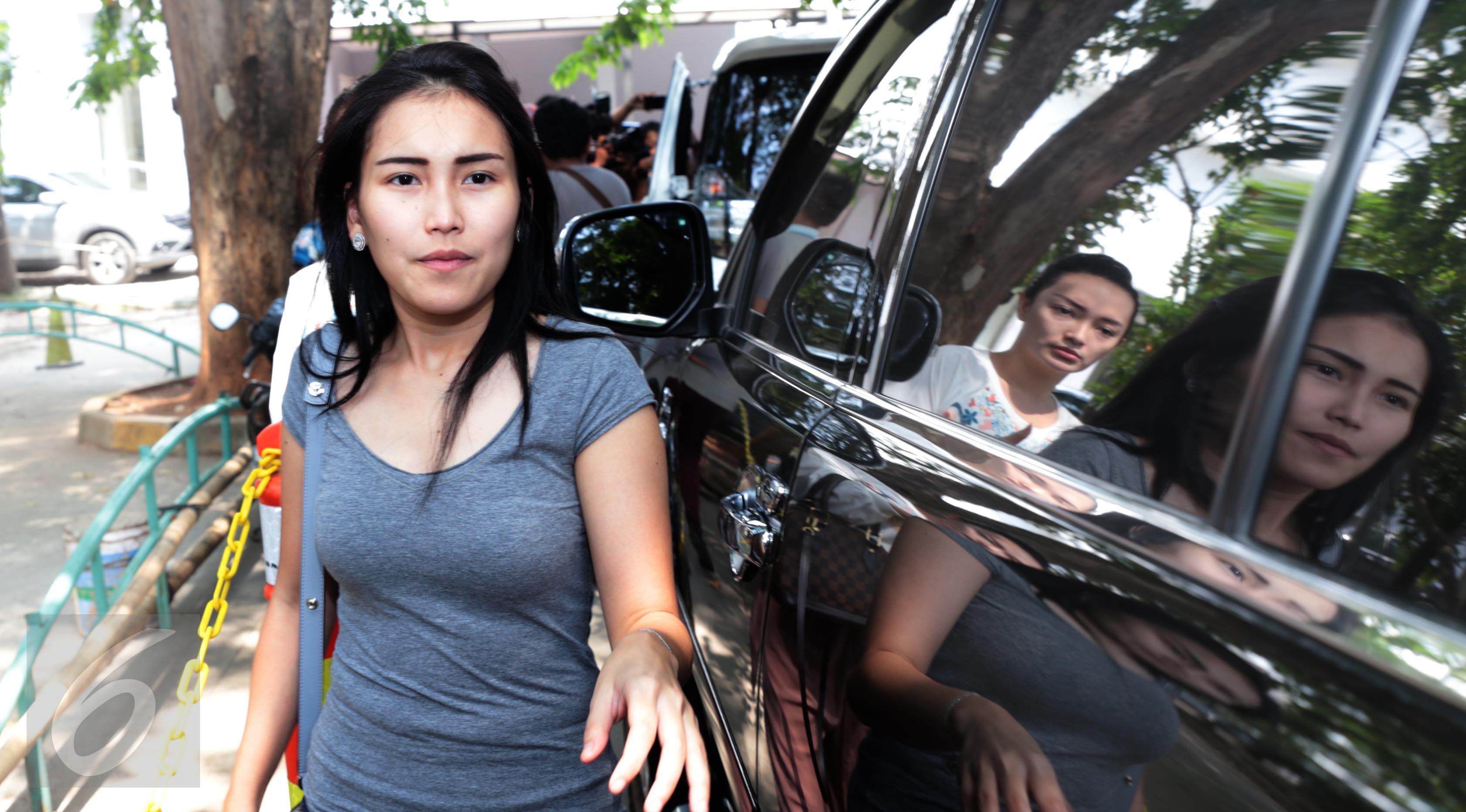 Ayu Ting Ting saat tiba di Rumah Sakit Cipto Mangunkusumo, Jakarta, pada Kamis (20/4). Kedatangan Ayu Ting Ting untuk menjenguk Julia Perez yang dikabarkan dalam kondisi kritis. (Liputan6.com/Herman Zakharia)