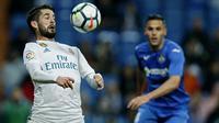 """Aksi pemain Real Madrid, Francisco Roman """"Isco"""" malkukan kontrol bola saat melawan Getafe pada lanjutan La Liga Santander di Santiago Bernabeu stadium, Madrid, (3/3/2018). Real madrid menang 3-1. (AP/Francisco Seco)"""