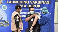 Wakil Wali Kota Depok Pradi Supriatna menjadi orang pertama di Depok yang mendapat vaksin Covid-19. Vaksinasi dilakukan di Rumah Sakit Universitas Indonesia bersama 9 orang pejabat Depok lainnya.