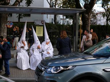 Sejumlah orang mengenakan kostum khas yang terdiri atas jubah dan kedok bertopi kerucut yang disebut capirote di Spanyol, (21/3). Capirote merupakan merupakan perwujudan rasa penyesalan dan pertobatan dari yang mengenakannya. (REUTERS / Marcelo del Pozo)
