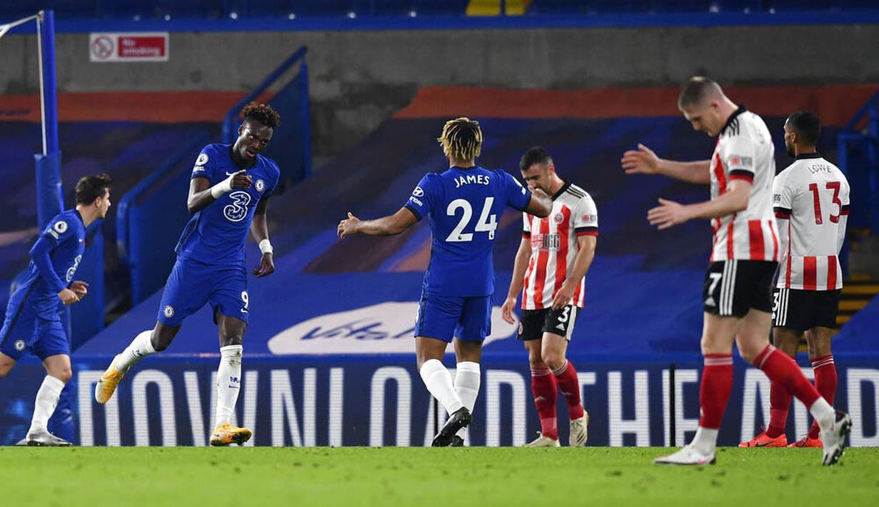 Striker Chelsea, Tammy Abraham, melakukan selebrasi usai mencetak gol ke gawang Sheffield United pada laga Liga Inggris di Stadion Stamford Bridge, Sabtu (7/11/2020). Chelsea menang dengan skor 4-1. (Ben Stansall/Pool via AP)