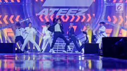 "Boy Band asal Korea Ateez menghibur penonton pada Konser ""Smartfren Wow"" di Istora Senayan, Jakarta, Jumat (20/9/2019). Sebagai penampil pembuka, Ateez langsung memanaskan panggung dengan aksi penuh energik oleh para membernya. (Liputan6.com/Herman Zakharia)"