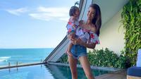 Farah Quinn beberapa kali terlihat menggunakan busana kasual di akun Instagram pribadinya. Penampilan kasualnya pun selalu terlihat saat tengah berlibur bersama anak-anaknya. (Liputan6.com/IG/@farahquinnofficial)
