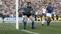 Kiper tim nasional Italia, Dino Zoff, pada pertandingan melawan Cekoslovakia, pada perebutan tempat ketiga, di Stadion Olimpico, 21 Juni 1980. (UEFA)