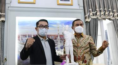 Gubernur Jawa Barat Ridwan Kamil dan Bupati Ende Djafar Achmad di Gedung Pakuan, Kota Bandung, pada Sabtu (12/6).
