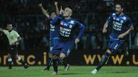 Cristian Gonzales merayakan gol ke gawang Sriwijaya FC, Jumat (7/7/2017). (Bola.com/Iwan Setiawan)