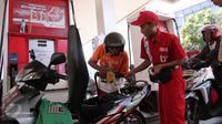 Aktivitas pengisian BBM di SPBU Cikini, Jakarta, Rabu (30/9/2015). Menteri ESDM, Sudirman Said menegaskan, awal Oktober tidak ada penurunan atau kenaikan harga bahan bakar minyak (BBM) baik itu bensin premium maupun solar. (Liputan6.com/Angga Yuniar)