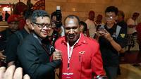 Bupati Puncak Jaya Willem Wandik turut hadir dalam Kongres V PDIP di Grand Bali Beach Hotel, Sanur. (Liputan6.com/Putu Merta Surya Putra)