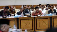 Ketua KPU Juri Ardiantoro (kedua kiri) dan Ketua DKPP Jimly Asshiddiqie (kanan) melakukan Rapat dengan Pansus RUU Pemilu di Komplek Parlemen, Senayan, Jakarta, Rabu (7/12) Rapat mengenai Rancangan UU Pemilu. (Liputan6.com/Johan Tallo)