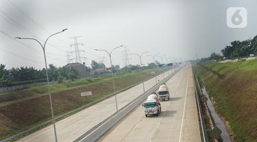 Truk melintas di jalan tol Depok-Antasari seksi II (Brigif-Sawangan), Depok, Jawa Barat, Rabu (24/6/2020). Jalan tol sepanjang 6,30 kilometer yang menjadi bagian dari jalan tol Depok-Antasari tersebut akan segera beroperasi pada Juni-Juli tahun ini. (Liputan6.com/Immanuel Antonius)