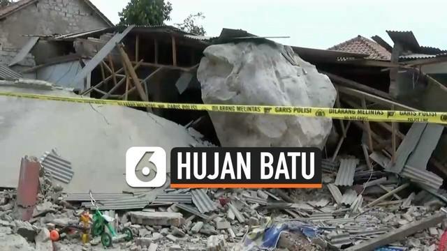 Batu-batu raksasa tiba-tiba menghujani permukiman Cihandeleum Purwakarta Jawa Barat hari Selasa (8/10). Warga panik menyaksikan batu hancurkan rumah mereka.