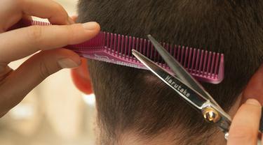 Salah Potong Rambut, Pria Lakukan Hal Menjijikan ke Tukang Cukur