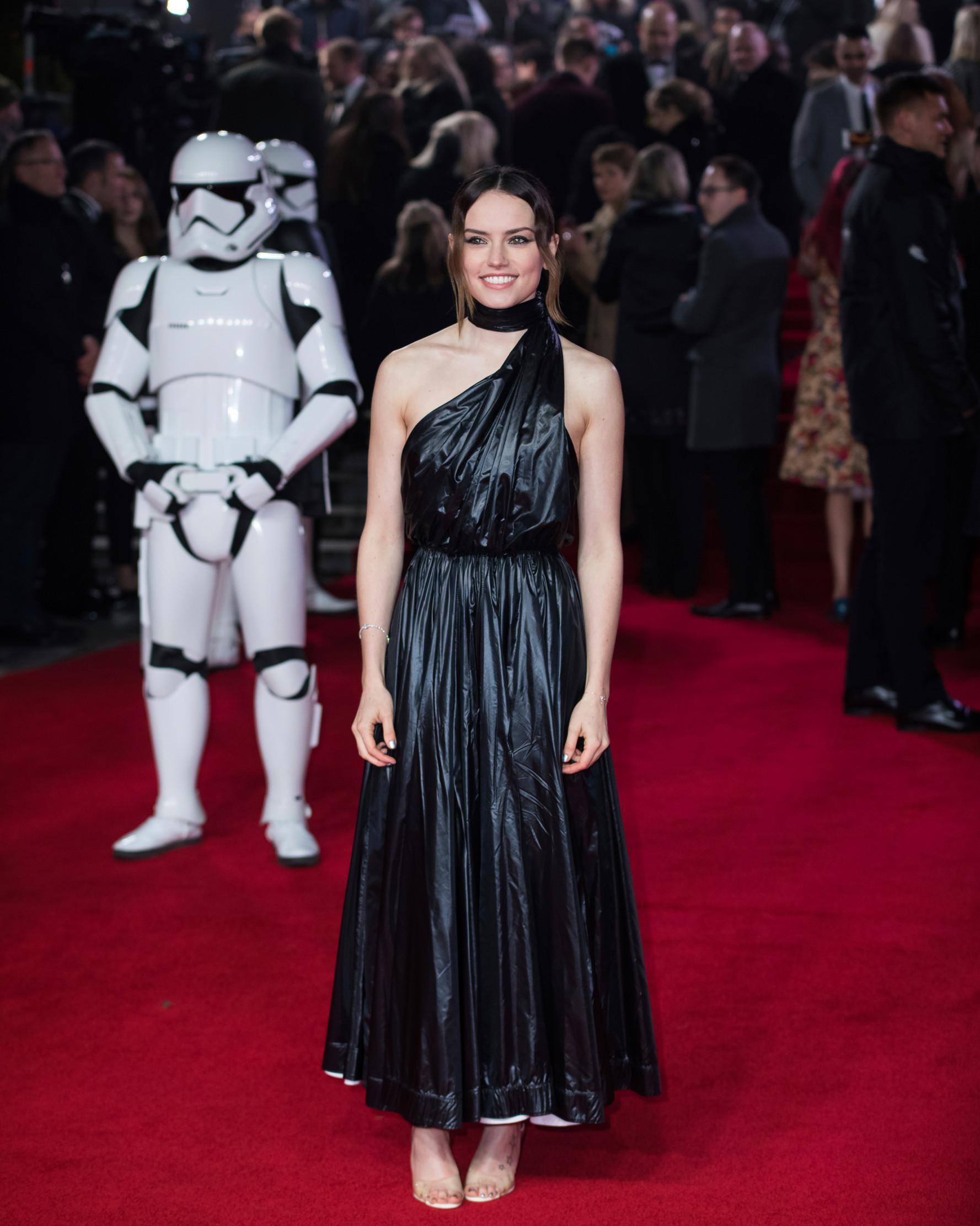 Aktris Daisy Ridley berpose setibanya pada pemutaran perdana film Star Wars: The Last Jedi di London, Selasa (12/12). Namun tak hanya pujian, banyak juga yang mengomentari gaun Ridley yang dianggap mirip kantong plastik hitam (Vianney Le Caer/Invision/AP)