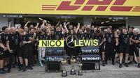 Seluruh personel Mercedes AMG Petronas Formula One Team merayakan keberhasilan meraih titel konstruktor F1 2017 selepas balapan F1 GP Jepang di Sirkuit Suzuka, Jepang, Minggu (9/10/2016). (Bola.com/Twitter/Petronas)