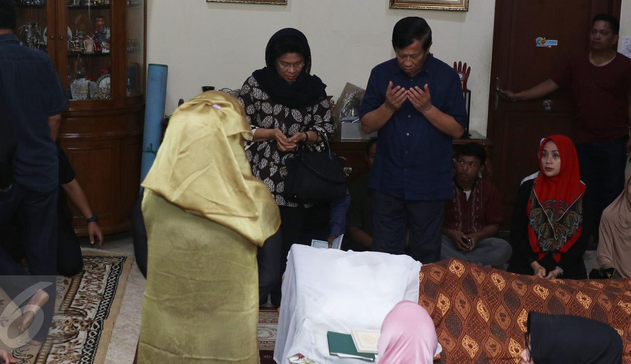 Mantan Menteri Perhubungan Agum Gumelar beserta istrinya melayat ke rumah duka mendiang Susiana, istri komedian Tukul Arwana, di Cipete, Jakarta, Selasa (23/8). Susiana meninggal di usia 48 tahun diduga karena penyakit asma. (Liputan6.com/Herman Zakharia)