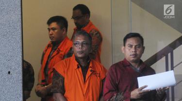Pejabat Pembuat Komitmen (PPK) SPAM Lampung Anggiat Partunggal Nahot (depan), Pejabat Pembuat Komitmen (PPK) SPAM Toba 1 Donny Sofyan Arifin (tengah) dan Kepala Satuan Kerja SPAM Darurat, Teuku Moch Nazar (kanan) usai menandatangani P21 di Gedung KPK, Jakarta, Jumat (26/4). (merdeka.com/Dwi Narwoko)