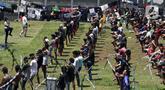Warga binaan berolahraga sambil berjemur untuk meningkatkan imunitas di Rutan Kelas I Depok, Jawa Barat, Selasa (7/4/2020). Selain warga binaan, para petugas Rutan Kelas I Depok juga ikut berolahraga sambil berjemur agar terhindar dari virus corona COVID-19. (Liputan6.com/Johan Tallo)