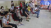 Pedagang saat antre untuk menjalani vaksinasi COVID-19 di Pasar Tanah Abang Blok A, Jakarta, Rabu (17/2/2021). Total sasaran vaksinasi tahap kedua ini mencapai 38.513.446 yang terdiri dari 21 juta lebih lansia, dan hampir 17 juta untuk pekerja pelayanan publik. (Liputan6.com/Herman Zakharia)
