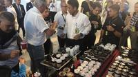 Para petugas customer service mobile Terminal 3 Bandara Soekarno-Hatta membagikan kopi khas Nusantara gratis. (Pramita Tristiawati/Liutan6.com)