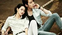 Pasangan baru telah lahir, aktor tampan Kim Woo Bin dikabarkan menjalin hubungan dengan artis cantik Shin Min Ah.