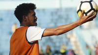 Pemain Arema, Alfin Tuasalamony, kerasan di Malang. (Bola.com/Iwan Setiawan)