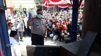 Kapolda Jawa Timur Irjen Pol Luki Hermawan menggelar konferensi pers pengungkapan jaringan pengedar narkoba di Markas Kepolisian Resort Pelabuhan Tanjung Perak Surabaya. (Foto:Liputan6.com/Dian Kurniawan)