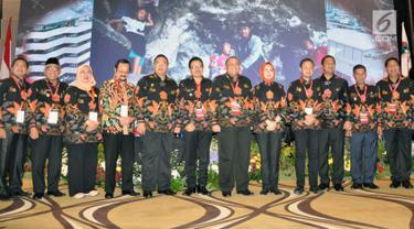 Sejumlah Walikota dan Bupati se-Indonesia berfoto bersama saat acara Rakerkomwil III Asosiasi Pemerintah Kota se-Indonesia (APEKSI) Tahun 2019 di Hotel PO Paragon Semarang, Jumat (29/3). Pada pertemuan di kota semarang ini , membahas tentang program smartcity untuk indonesia. (Liputan6.com/Gholib)