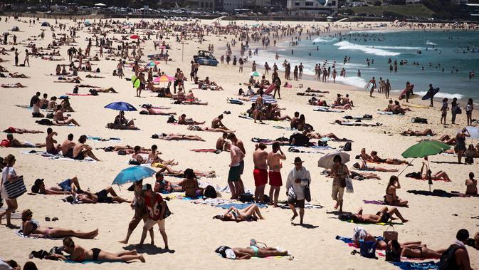 Warga Australia menghabiskan waktunya di pantai Bondi Sydney selama gelombang panas yang melanda wilayah Australia, (20/11/2015). Badan Meteorologi Australia mencatat suhu mencapai lebih dari 40 derajat celsius dan akan meningkat. (REUTERS/Jason Reed)