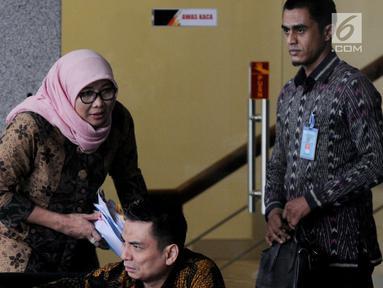 Direktur Jenderal Pemasyarakatan (Dirjen Pas) Sri Puguh Budi Utami (kerudung) berada di ruang tunggu gedung KPK sebelum pemeriksaan, Jakarta, Jumat (24/8). Sri diperiksa dalam kasus dugaan suap yang terjadi di Lapas Sukamiskin. (Merdeka.com/Dwi Narwoko)