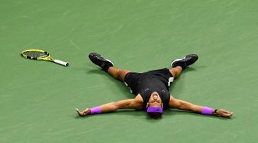 Petenis Spanyol, Rafael Nadal usai mengalahkan Daniil Medvedev dari Rusia pada babak final AS Terbuka 2019 di New York, Minggu (8/9/2019). Nadal menjadi juara melalui pertarungan lima set 7-5, 6-3, 5-7, 4-6, dan 6-4. (AP Photo/Sarah Stier)