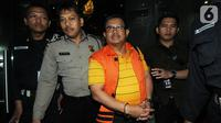Bupati Indramayu, Supendi memakai rompi tahanan dikawal petugas usai menjalani pemeriksaan 1 x 24 jam pasca terjaring Operasi Tangkap Tangan (OTT) terkait dugaan suap pengaturan proyek dilingkungan Pemkab Indramayu tahun 2019 di Gedung KPK, Jakarta, Rabu (16/10/2019). (merdeka.com/Dwi Narwoko)