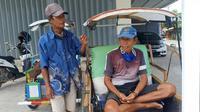 Dua orang tukang becak yang tengah mengkal di Mamuju kesulitan untuk mendapatkan penumpang (Liputan6.com/Abdul Rajab Umar)