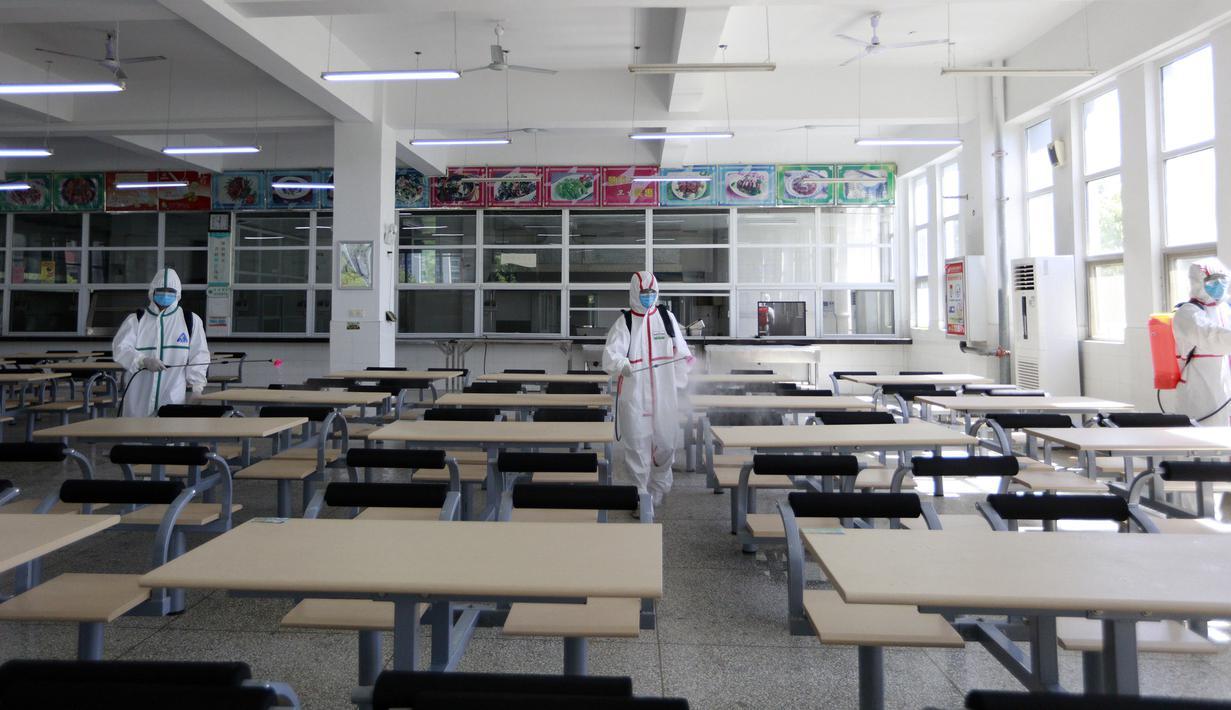 Petugas pemadam kebakaran mendisinfeksi kantin di Sekolah Asrama No. 3 Wuhan di Distrik Hanyang, Kota Wuhan, Provinsi Hubei, China, 3 Agustus 2020. Upaya disinfeksi dilakukan pada Senin (3/8) di sekolah itu untuk mempersiapkan dimulainya kembali kegiatan belajar mengajar di kelas. (Xinhua/Wang Fang)