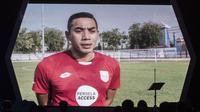 Mantan kiper Persela, almarhum Choirul Huda, menerima penghargaan Lifetime Achievement Liga 1 di Hotel Mulia, Jakarta, Jumat (22/12/2017). Malam Penghargaan Liga 1 memberi apresiasi kepada sejumlah tokoh sepak bola. (Bola.com/Vitalis Yogi Trisna)